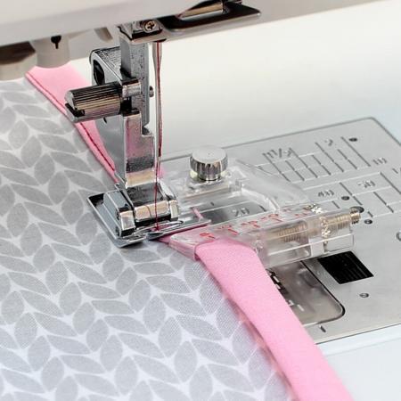 Stopka do wszywania zaprasowanej lamówki (do maszyn z szerokością ściegu 9 mm), fig. 1