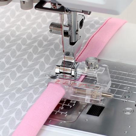 Stopka do wszywania zaprasowanej lamówki (do maszyn z szerokością ściegu 9 mm), fig. 2