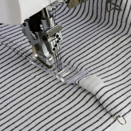Prowadnik do zszywania dwóch tkanin do coverloka Janome 1200D, fig. 1