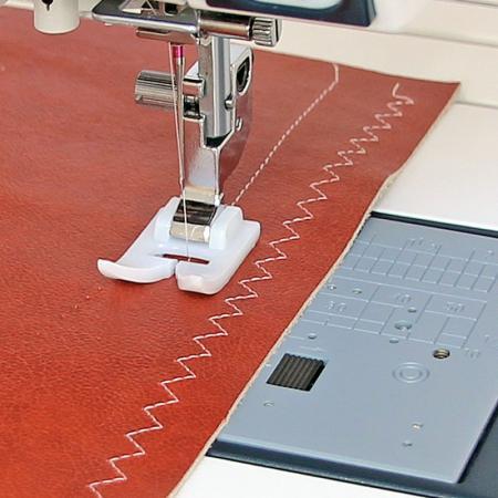 Stopka teflonowa wraz z specjalna płytką ściegową (do maszyn z szerokością ściegu 9 mm), fig. 1
